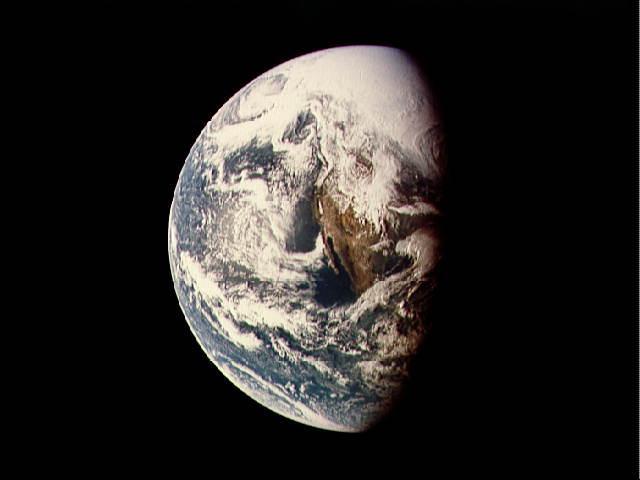 """כדור הארץ, כמו שצולם ע""""י אפולו 13 (מתוך אתר נאסא)"""